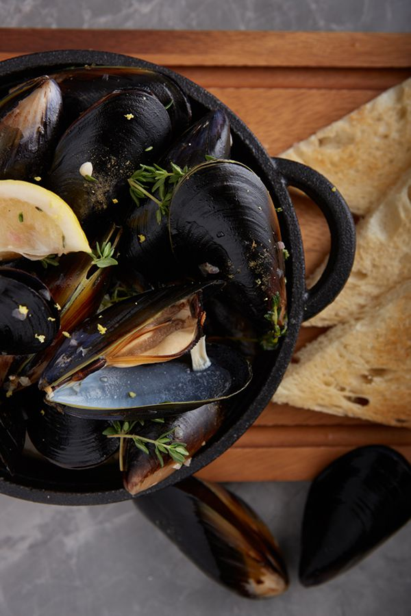 LADY L Garden Bistro : Moules Mariniere (black mussels in white wine sauce)