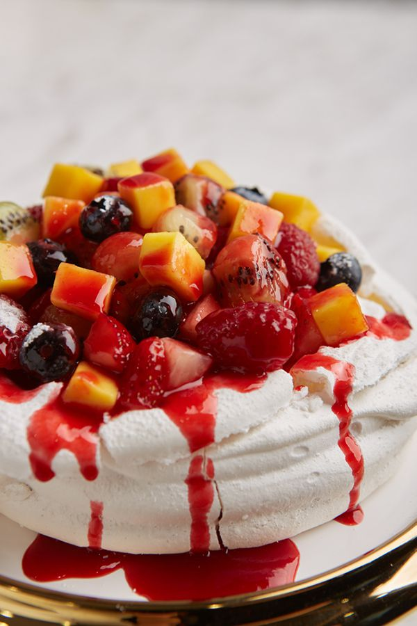 LADY L Garden Bistro : Pavlova with mixed berries
