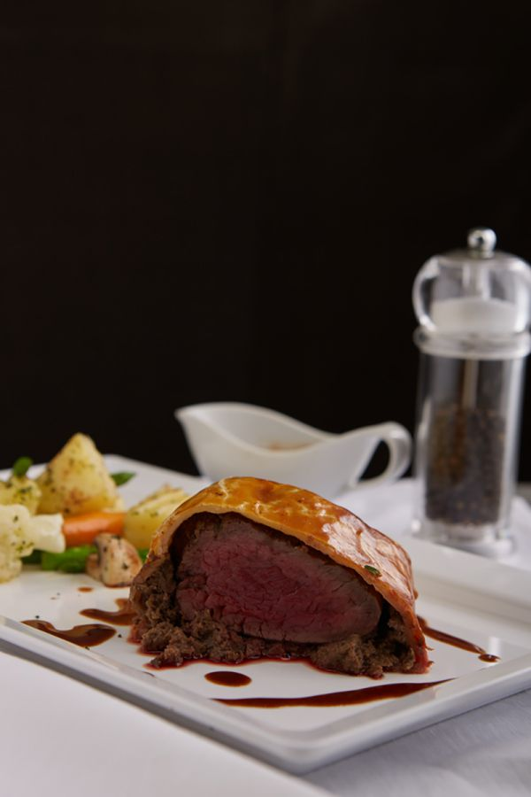 LADY L : BEEF WELLINGTON, RED WINE SAUCE